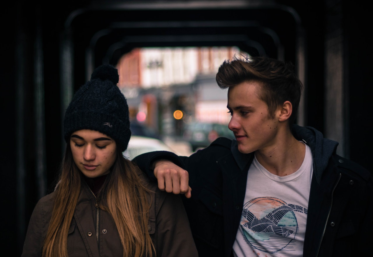 How to tell if a guy likes you – Look for the Subtle Signs