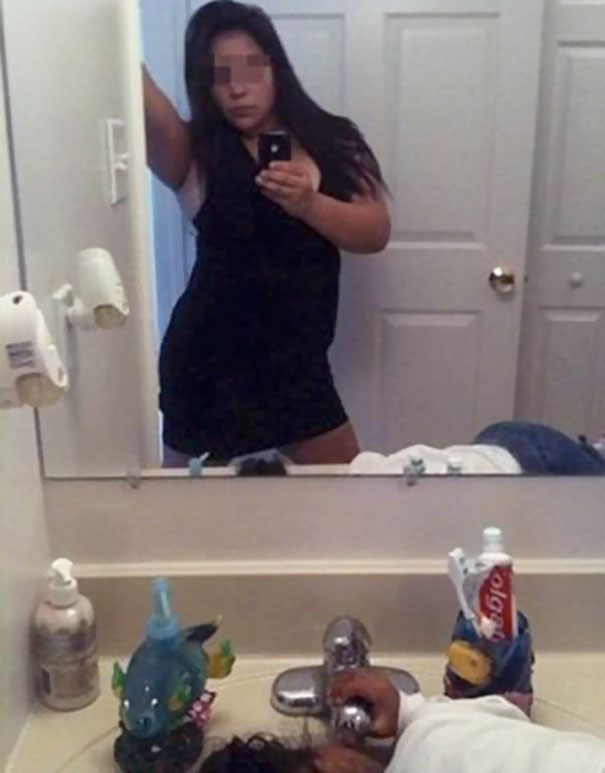 Oops! 50 Hilarious Selfie Fails By People Who Forgot To Check The Background